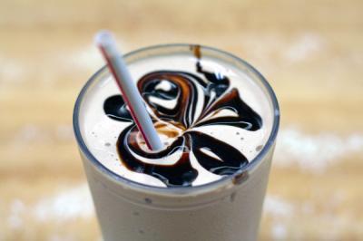 Вкусный и прохладный молочно-шоколадный коктейль напомнит вам о...